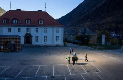 Người dân thị trấn Rjukan đón ánh sáng mặt trời từ hệ thống gương phản chiếu